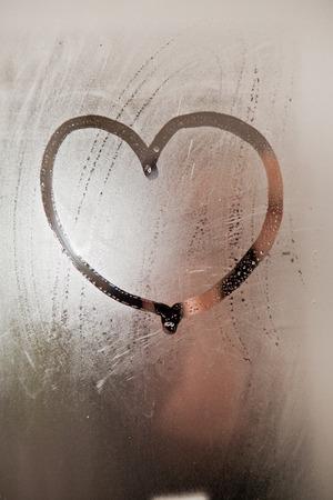 espejo: Corazón en el empañado espejo en el baño.