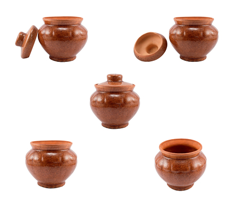 ollas de barro: ollas de barro marrón vacío aislado en el fondo blanco Foto de archivo