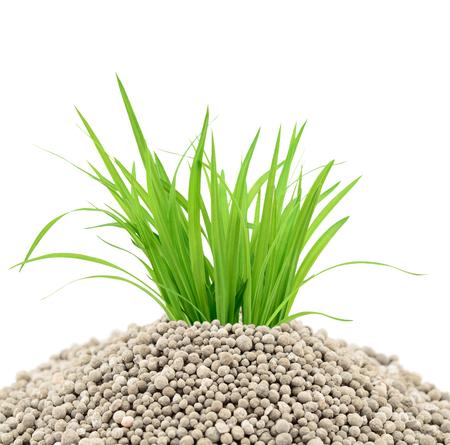 fertilizantes minerales para las plantas aisladas sobre el fondo blanco