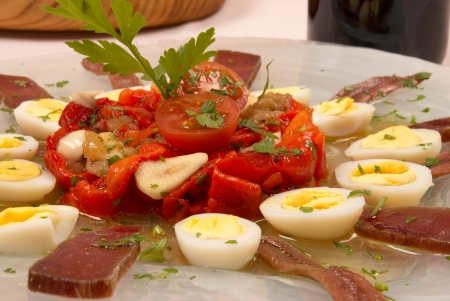 Cold salad with dried fish and quail eggs Imagens