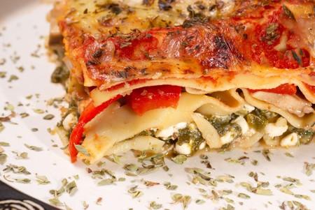 lasagna: Lasa�a vegetariana servido con diversas hierbas  Foto de archivo