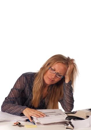 messy desk: Secretario de tener una crisis nerviosa sobre su escritorio desordenado