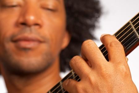 showman: Detalle de un m�sico Africano Americano tocando la guitarra  Foto de archivo