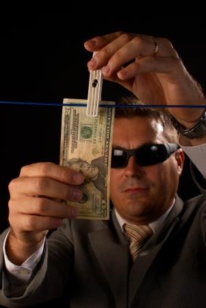 dinero falso: Chico de mafia ocupado con algunos grave el blanqueo de dinero  Foto de archivo