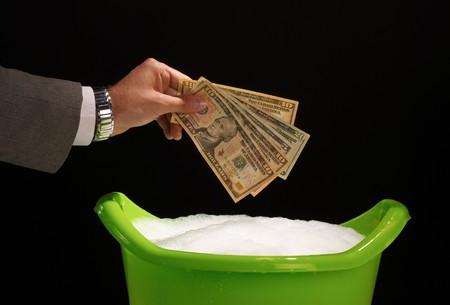 dinero falso: A punto de blanquear dinero ilegal, d�ndole un buen remojo  Foto de archivo