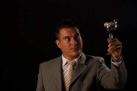 connaisseur: Uomo in mano un bicchiere di cristallo con vino bianco