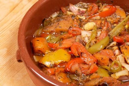 olla barro: Tradicional espa�ola vegetal estofado, pisto, sirvi� en una cazuela de barro