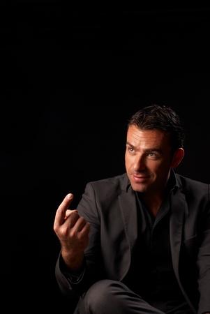 se�al de silencio: Un hombre elegantemente vestido de hispana llamando