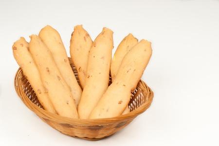 gressins: Croquant gressins frais avec des graines de tournesol sur fond blanc