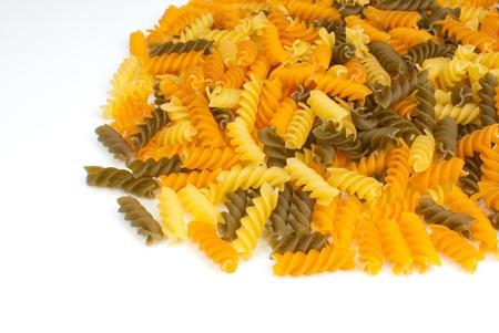 rotini: Un mont�n de rotini crudo multicolor, fondo de alimentos