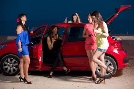 chicas divirtiendose: Ni�as que se divierten en un c�lido summernight fuera