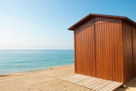 cabane plage: Une cabane en bois plage sur une journ�e ensoleill�e m�diterran�enne