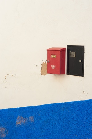 meter box: Buz�n con encanto y colorido contador de la luz en la fachada de blanco mediterr�neo