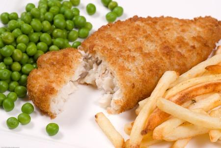 fish and chips: Pescado y patatas fritas Classic Inglés se sirve con guisantes Foto de archivo