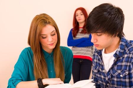 jalousie: Jealous Girl regarder leurs camarades de classe
