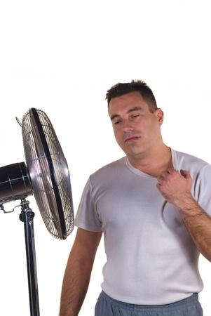 sudando: El calor del verano, al lado del ventilador del único lugar para estar