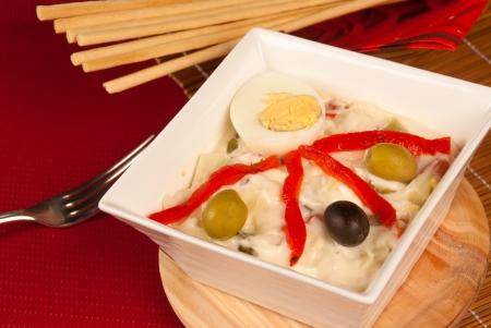 huzarensalade: Russische salade geserveerd als een Spaanse tapa