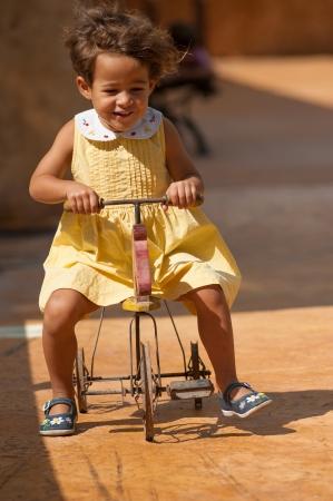 centenarian: Chica demostrando que los juguetes centenarios puede ser divertido, as�