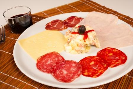 huzarensalade: Assortiment van koude mede en Russische salade, een Spaanse starter