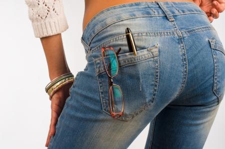 jeans apretados: Tight Fit Jeans bolsillo que contiene vasos y una pluma, un concepto