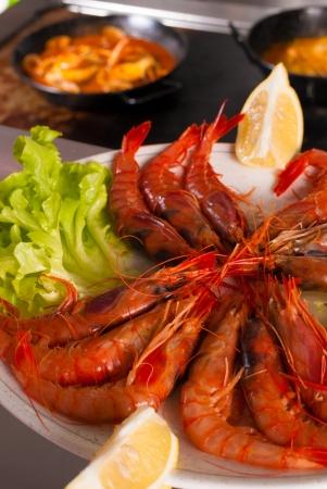 Vis en zeevruchten ingrediënten tegen de achtergrond van een restaurantkeuken