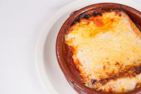 olla barro: Lasa�a tradicional en una olla de barro Foto de archivo