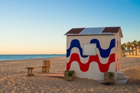 cabane plage: Cabanes sur la plage ensoleill�e sur une station baln�aire Costa Blanca, Espagne