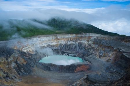 america centrale: I fumi che escono dal caldo laguna vulcano Poas, Costa Rica, America Centrale