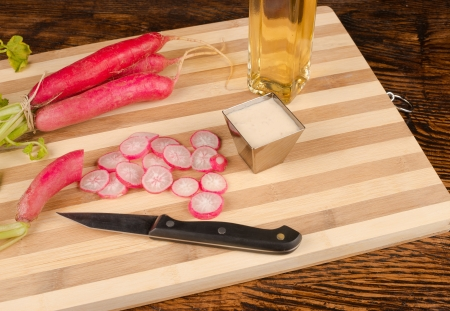 horseradish sauce: Fresh radish roots next to traditional horseradish sauce