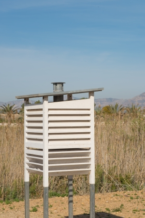 rain gauge: Hut contiene una estaci�n meteorol�gica cient�fica equipada con diferentes instrumentos de medici�n