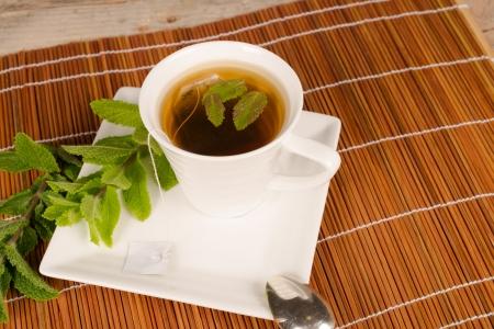 Frisch zubereitete Tee mit Minze duftenden Blätter