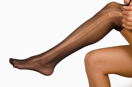 pantimedias: Tome un pantimedias rasgadas en las piernas femeninas