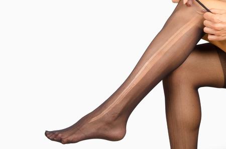 medias veladas: Piernas femeninas con medias rotas en