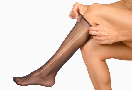 pantimedias: Piernas femeninas con medias rotas en