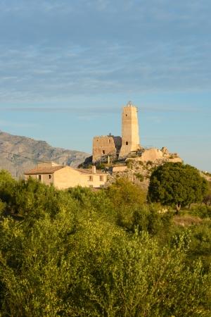 paisaje mediterraneo: Penella ruinas del castillo en el este de Espa�a rodeado de paisaje mediterr�neo Foto de archivo