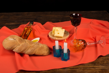 festively: Loaf of challah on a festively set table