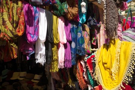 tr�delmarkt: Flea Marktstand mit verschiedenen bunten Kleidern auf dem Display