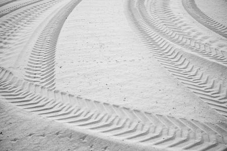 Sandy soil: Huellas de neum�ticos interseccionadas en suelo de arena suave Foto de archivo