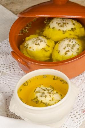yiddish: Tradizionale zuppa di palla Matza fatta in casa servita in una ciotola