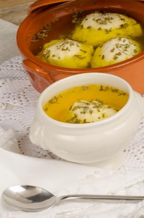 yiddish: Tradizionale zuppa di palla Matza casalinga servita in una ciotola