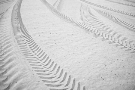 suelo arenoso: Muchos neumáticos de pista curvada impreso en suelo arenoso
