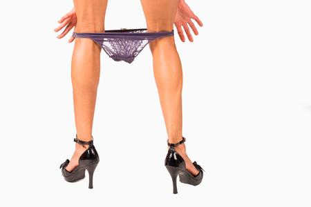 beine spreizen: Weibliche Hände sexy bestickte Unterwäsche nach unten ziehen