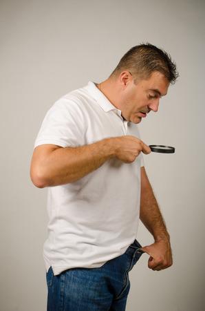 pene: Guy avendo preoccupazioni di dimensioni e check-out con una lente di ingrandimento