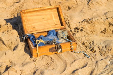 sandy soil: Cassa di tesoro con coperchio aperto scavata terreno sabbioso