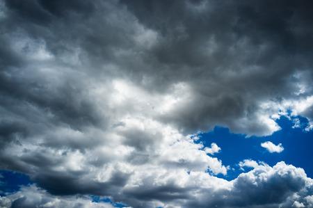 stark: Blauer Himmel stark Vers�ubern mit Gewitterwolken