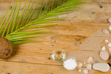 coconut oil: Olio di cocco e sunsreen in un estivo natura morta Archivio Fotografico