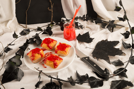 party with food: Spooky table decoration with Halloween kid party food
