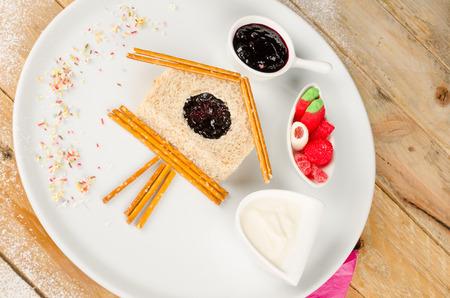cuckoo clock: S�ndwich de dulce en la forma de un reloj de cuco Foto de archivo