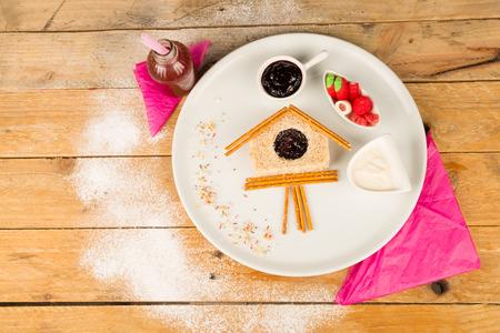 reloj cucu: S�ndwich de dulce en la forma de un reloj de cuco Foto de archivo