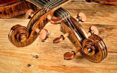 木造の背景にヴィオラとヴァイオリンが首 写真素材